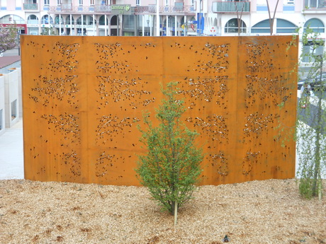 Mur en corten de la place du monument aux morts de Chevigny - photo JF Lapipe