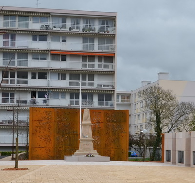 Place du monument aux morts de Chevigny-Saint-Sauveur - Photo Corinne Royer
